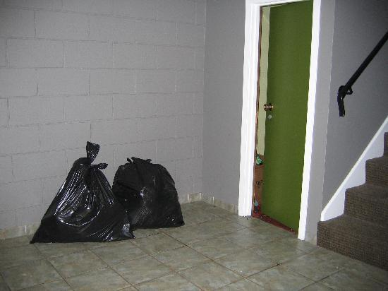 Days Inn Cranbrook: Garbage in hallway