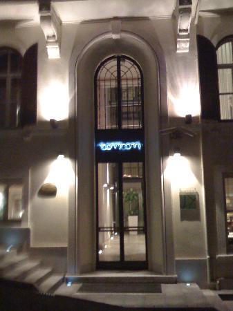Tomtom Suites: facade entrée