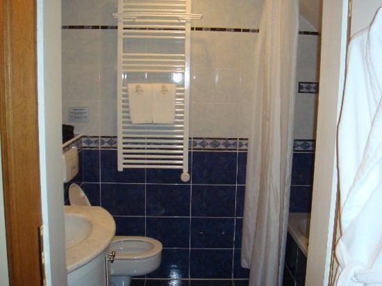 Golden Well Hotel: Salle de bains