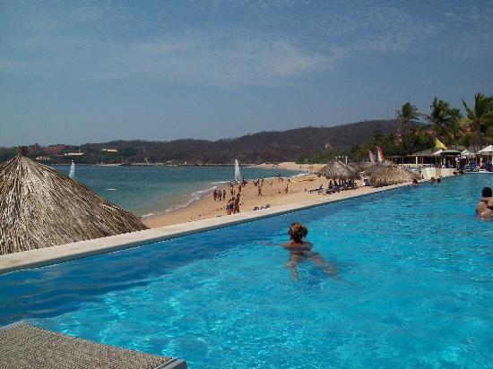 Dreams Huatulco Resort & Spa: pool and beach