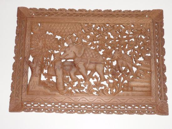 Sun Hill Hotel: Wooden Carving in Room