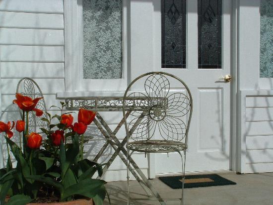 Huonville Guesthouse: 3 private guest entrances via own patio