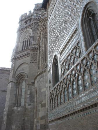 Zaragoza, Spania: El magnífico exterior de la catedral de San Salvador