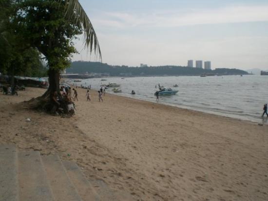 Pattaya Beach: on the beach, looking left