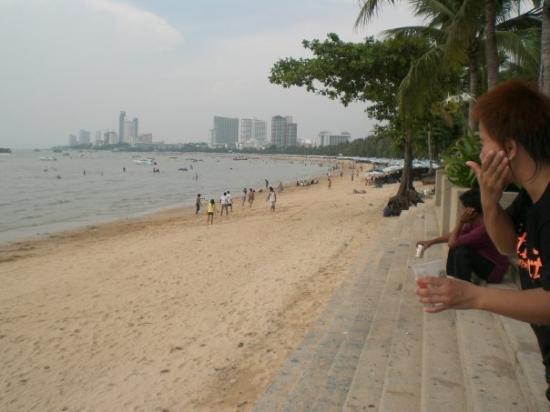 Pattaya Beach: on the beach, looking right