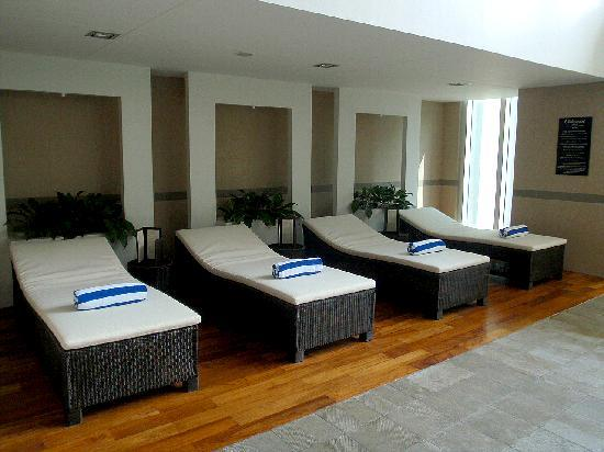 Oakwood Premier Joy - Nostalg Center Manila : indoor pool daybeds