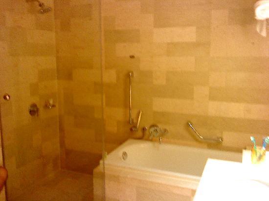 Traders Hotel, Kuala Lumpur: The bathroom, shower on the left, bathtub on the right