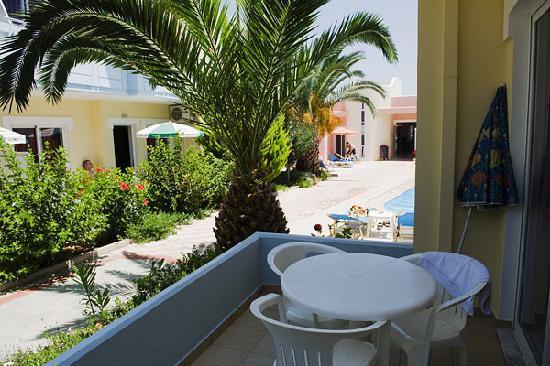 Mediterranea Apartments: garden terrace