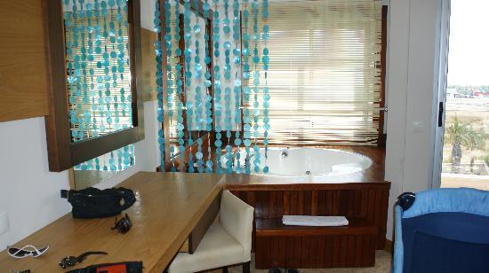Saturn Palace Resort: jacuzzi bath