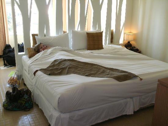 Maninarakorn Hotel: Huge bed! Deluxe room in main building