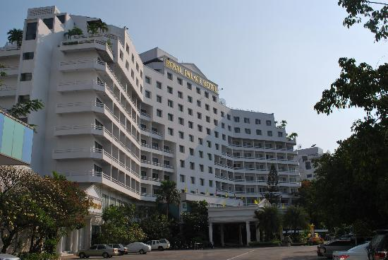 Royal Palace Hotel : The hotel from outside. Pool is at the backside of the hotel.
