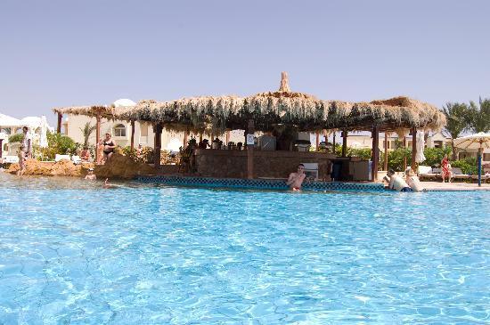 Regency Plaza Aqua Park & Spa Resort: the pool bar
