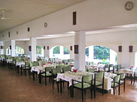 Diani Sea Lodge: großer Speisesaal ohne Klimaanlage