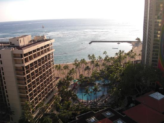 Hilton Hawaiian Village Waikiki Beach Resort: View from Tapa tower suite- Ali tower on left