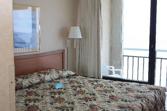 Four Sails Resort: Bedroom view towards balcony.