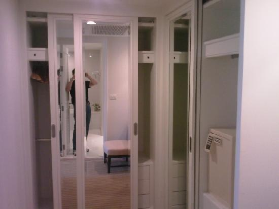 Centre Point Hotel Silom: Walk in closet of a 1bedrm suite