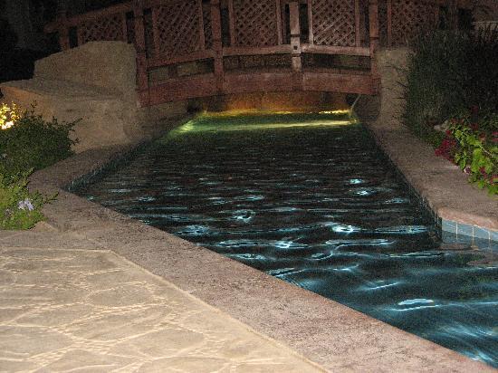 Tiran Island Hotel: walk way by pool