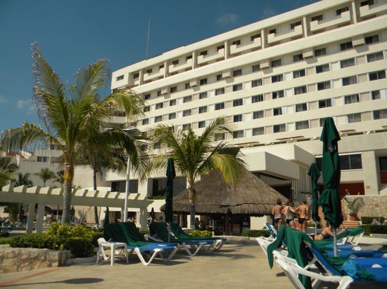 Royal Solaris Cancun: View of hotel from pool