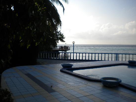 Giravaru Resort: piscina piccola ma inutile con quel mare!!!