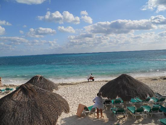 Hotel Riu Caribe: Cleaning the beach in the morning