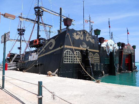 Hotel Riu Caribe: Captain Hook Dinner Cruise