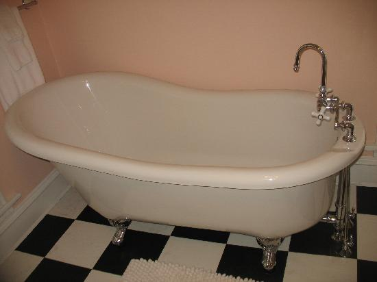 Lucy Maes Guest House: Upstairs tub.  Shower is seperate.