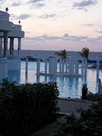 Grand Palladium Jamaica Resort & Spa: Pool at sunset