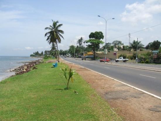 Boulevard Jean-Paul II longeant l'Océan sur Libreville.