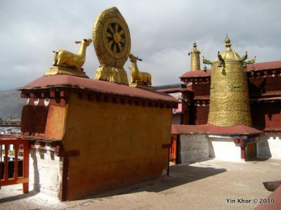 Lhasa, Kina: On the roof of the Jokhang Temple