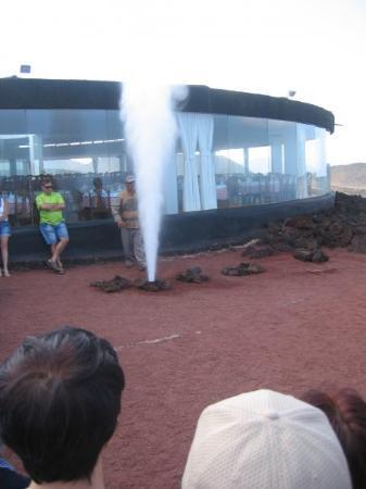 Costa Teguise, Spania: 400° op 3m diepte!  Een beetje water zorgt voor een geiser effect