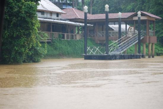 Miri, Malasia: Niah River - it's the rainy season.