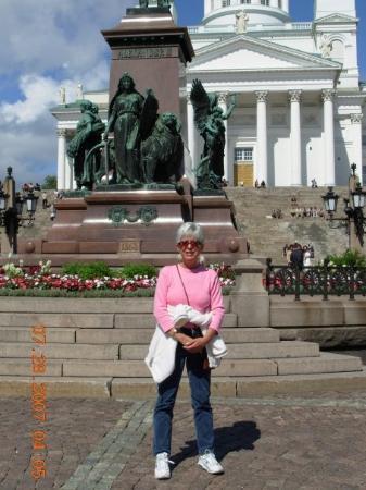 จัตุรัสซีเนท: Helsinki, Senate Square...  The statue you can't see is Alexander II of Russia, who is credited