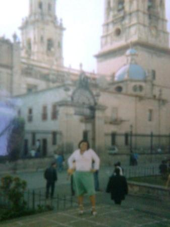 Morelia, Mexico: Con la catedral de fondoo..!! y yo bien sepsy..!!