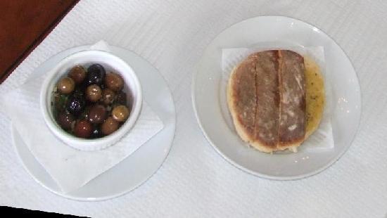 Mercado do Peixe: bread and olives