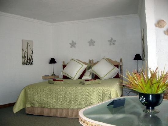 A View of Mt Warning Bed and Breakfast: comfortable beds (queen or singles) with stylish decor in all three suites