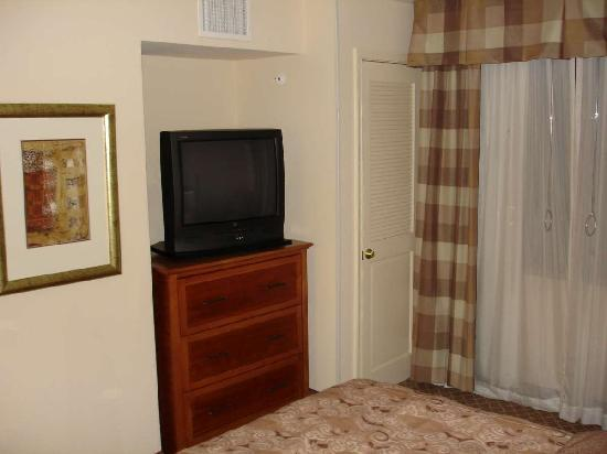 Staybridge Suites Chantilly Dulles Airport: Bedroom TV