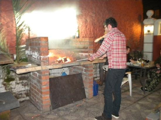Moai Viajero Hostel: Tonino doing the BBQ