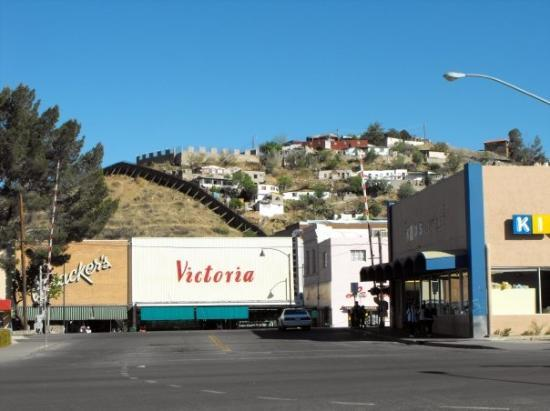 Nogales, AZ: This is the boarder.  Left side U.S.; right side Mexico