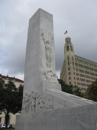 Monument to the Alamo.