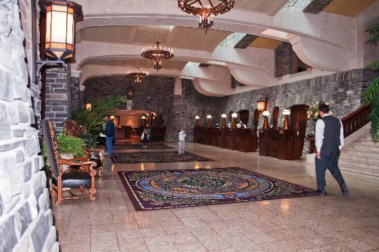 Fairmont Banff Springs: Opposite side of reception area