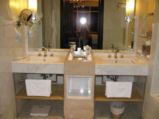 โรงแรมเคมพินสกิมอลล์ออฟดิเอมิเรต: Double Sinks yippie!