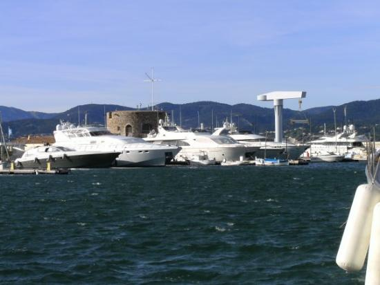 """Saint-Tropez, Frankreich: Some """"modest"""" yachts in St. Tropez harbor (technically those less than 150 feet long). They're k"""