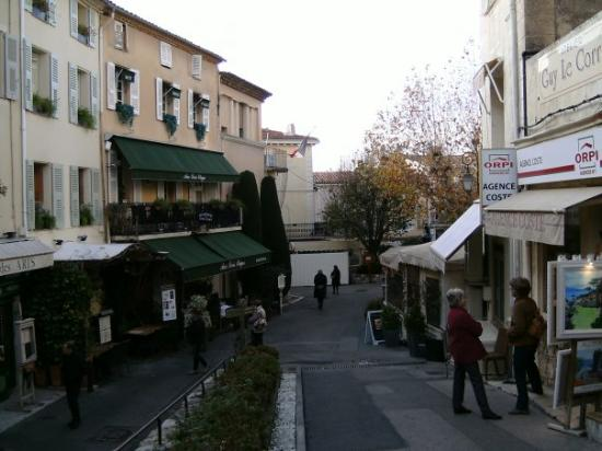 Мужен, Франция: Mougins, France. Note concrete steps in center, leading pouring water down into fountain system.