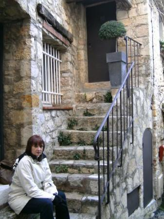 Mougins, Francia: The tiny doorways here are charming places to rest.