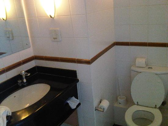 Ocean Breeze Hotel: Bathroom