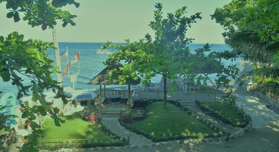 Mambajao, Philippines: Ocean Front Garden Area & Plunge Pool
