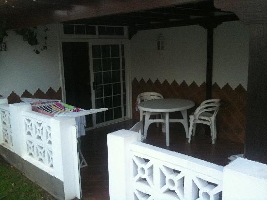 Bungalows Atindana: patio esterno davanti soggiorno