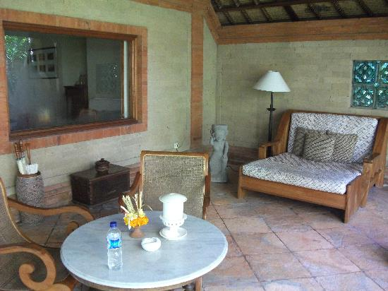 Tandjung Sari Hotel: The verandah of our bungalow