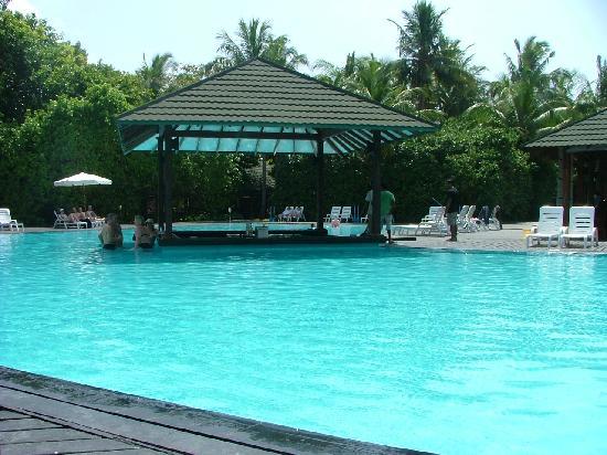 Adaaran Select Meedhupparu: the pool bar