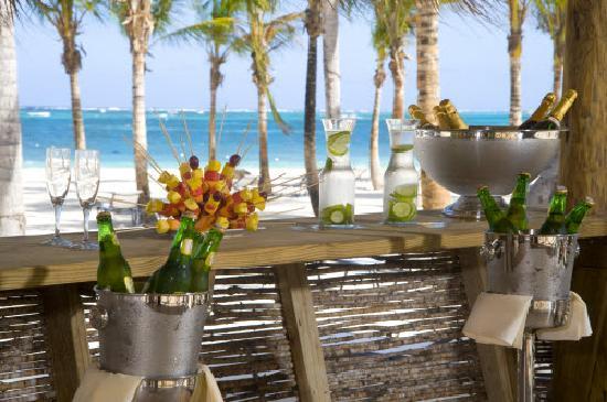 Secrets Royal Beach Punta Cana: Coral Beach Bar